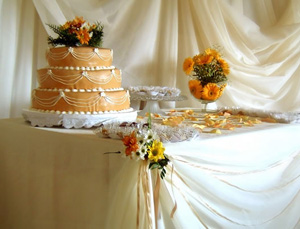 Украшение свадебного стола и свадебных тортов