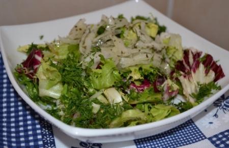 Зеленый салат с мятной заправкой