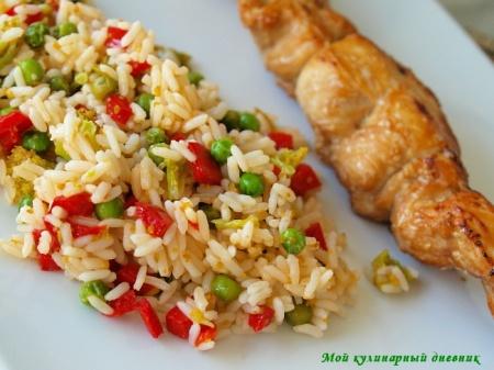 Азиатские куриные шашлычки и рис с овощами