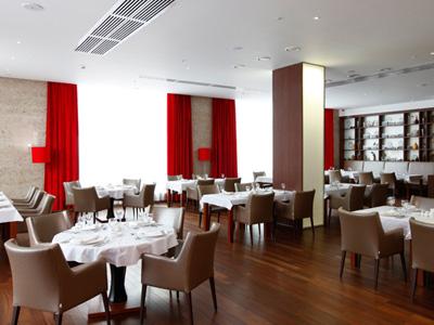 Айзек Корреа разработал меню для ресторана имени Пэрис Хилтон