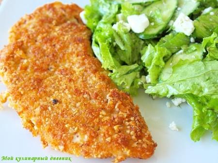 Куриное филе в панировке из сыра и миндаля с зеленым салатом