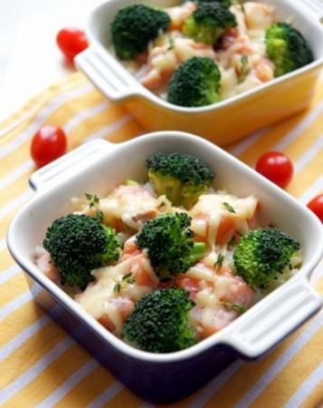 Запеканка из брокколи и риса с лососиной