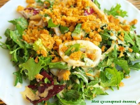 Теплый салат из кальмаров с соусом айоли