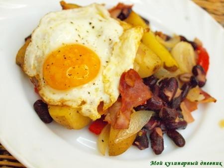 Яичница на картофеле с беконом и сладким перцем