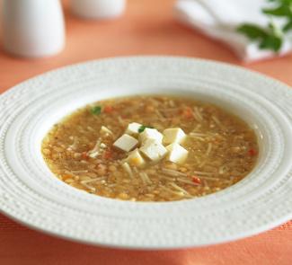 Красный куриный суп с фетой или брынзой
