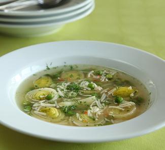 Куриный суп с горошком, луком-пореем и укропом