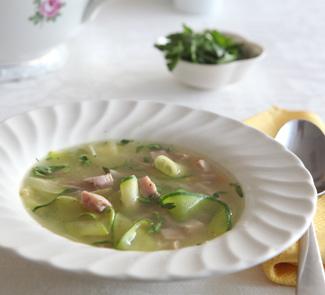 Куриный суп с цуккини, ветчиной и петрушкой