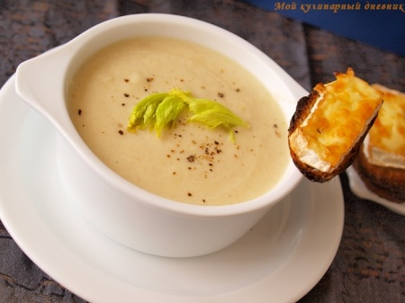 Крем-суп из сельдерея с сырными гренками