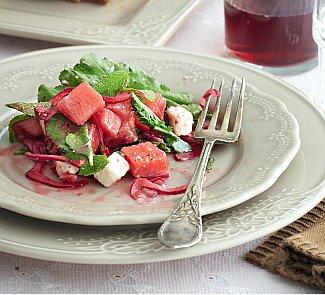 Салат из арбуза с маринованным крымским луком и брынзой