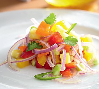 Салат из сладкого перца, огурца и ананаса