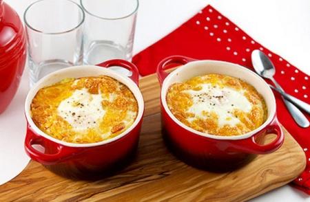 Запеченные яйца с «домашней колбасой» и пшенной кашей