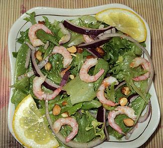 Салат с креветками и миндалем