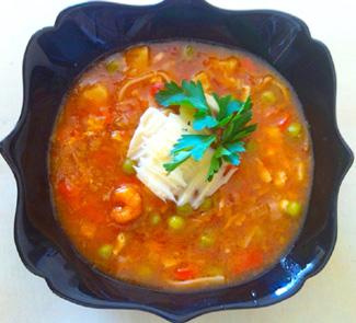 Томатный суп с молодым чесноком и креветками