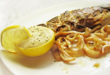 Сибас с кальмарами под белым рыбным соусом с лимоном