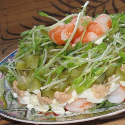 Салат с тигровыми креветками и печенью трески