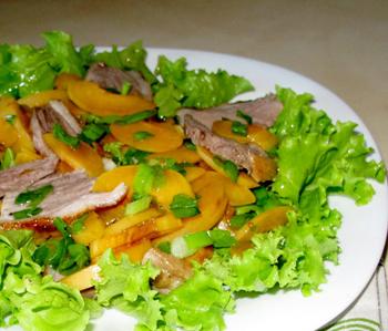 Праздничный салат с утятиной и персиками