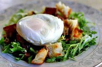 Порционный салат с яйцом-пашот