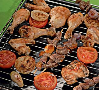 Куриное ассорти с луком и помидорами