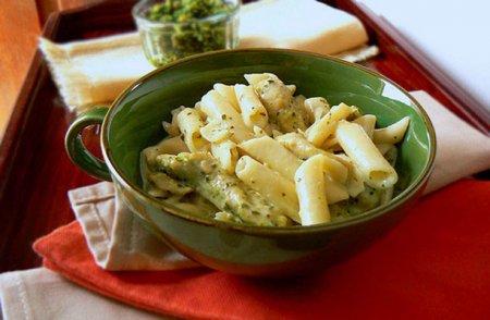 Макароны Пенне со сливочным соусом Песто и курицей