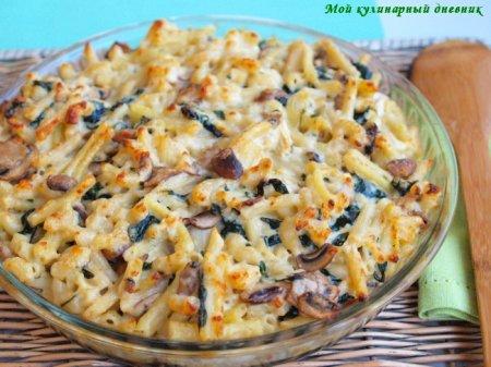 Паста с грибами и шпинатом под сырным соусом