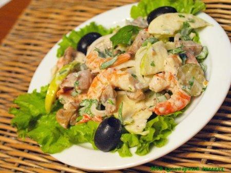 Салат с креветками, шампиньонами и яблоками