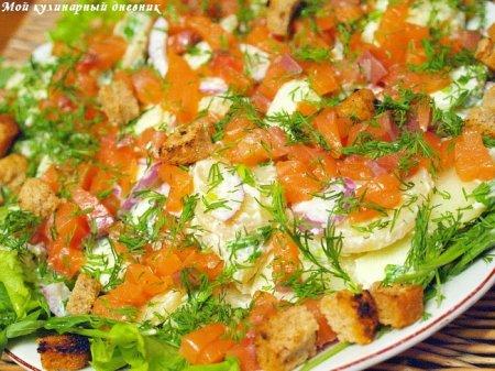 Салат с копченым лососем, картофелем и яблоками