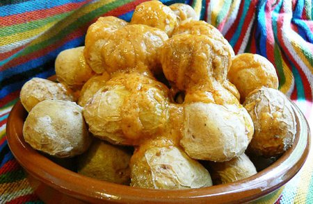 Отварной молодой картофель под сырным соусом