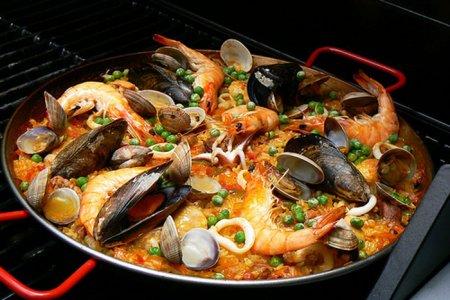 Паэлья с морепродуктами и мясом на гриле