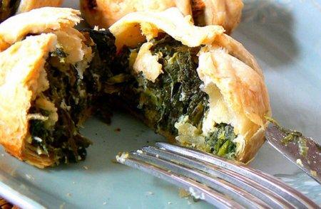 Пирожки из слоенного теста с шпинатом и сыром фета