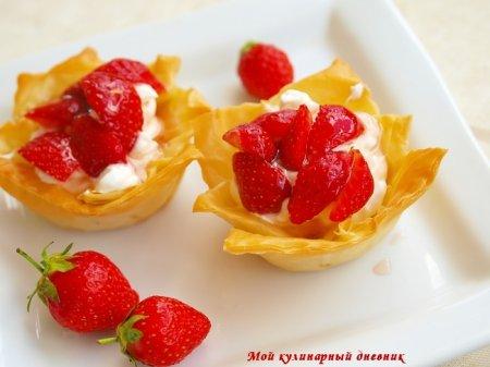 Корзинки из теста фило с греческим йогуртом и клубникой