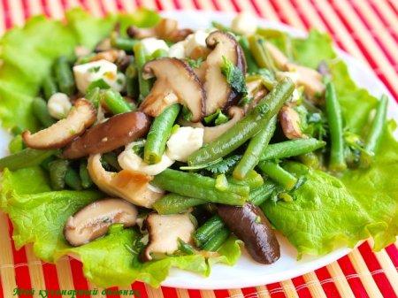 Салат с шиитаке, зеленой фасолью и нежной брынзой