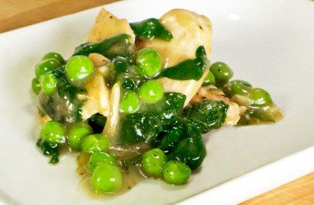 Курица со шпинатом и зеленым горошком