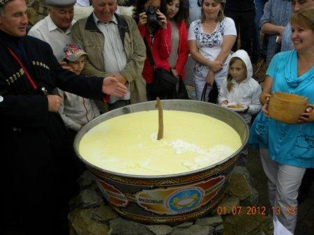 В Карачаево-Черкесии был приготовлен айран, заквашенный в чане емкостью 350 литров