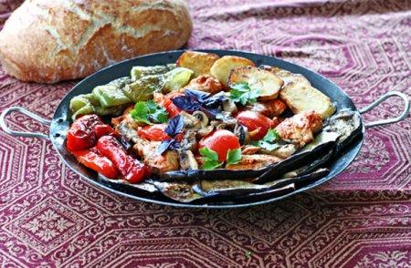 Жаренная курица с овощами в сковороде Вок