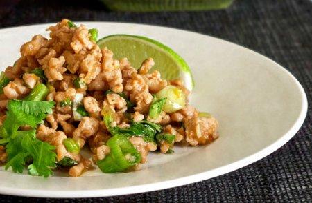 Тайское блюдо из куриного фарша с лаймом
