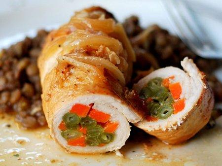 Свиные рулеты с морковью и зеленой фасолью