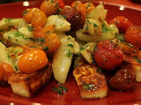 Теплый салат с топинамбуром и помидорами