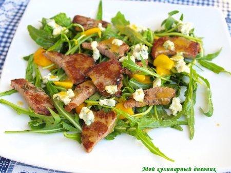 Салат с рукколой, персиками и жареной говядиной
