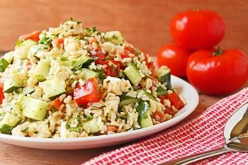 Летний салат с брынзой и коричневым рисом