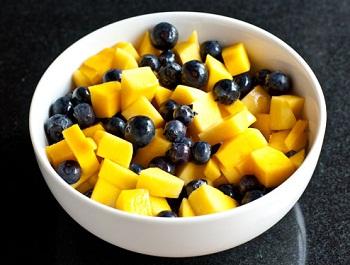 Салат из манго и черники с имбирным сиропом