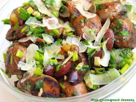 Теплый салат из печеной картошки с маслинами и пармезаном