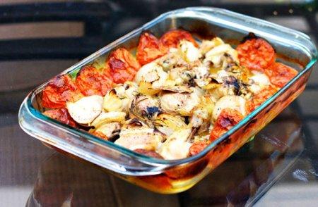 Запеченные куриные бедрышки с помидорами