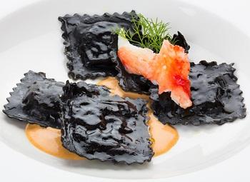 Черные равиоли с морепродуктами