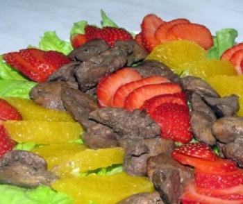 Салат из куриной печени с фруктами