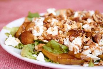 Зеленый салат с жареными грушами и брынзой