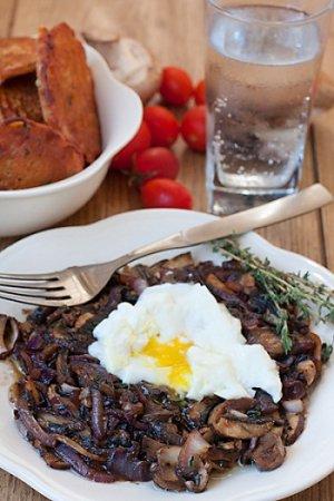 Обед из грибов с яйцом-пашот и нутовых оладьев
