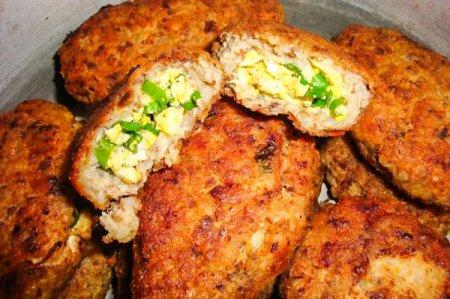 Гречневые зразы с куриным филе, зеленым луком и яйцом