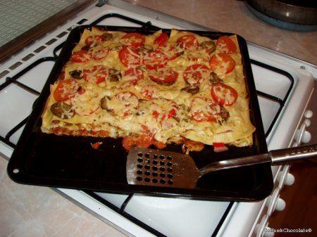 Лазанья с овощами и сосисками под соусом