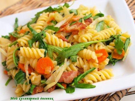 Теплый салат с пастой, беконом и овощами