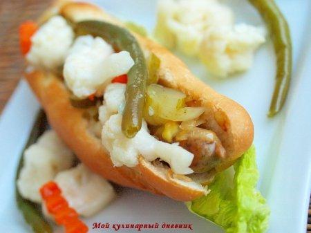 Хот-дог с натуральными колбасками, карамелизированным луком и маринованными овощами